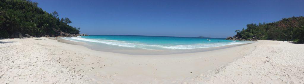 Weißer Sandstrand mit türkisem Meer und Blick auf den unendlichen Horizont