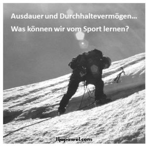 Bergsteiger, der durch eine Eiswand klettert